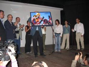 Türkische Aktivistinnen präsentieren das Foto ihrer Besteigung des Mount Everest zugunsten der Cuban Five